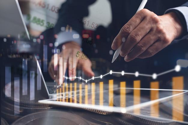 Biznesmen robi analizy biznesowej