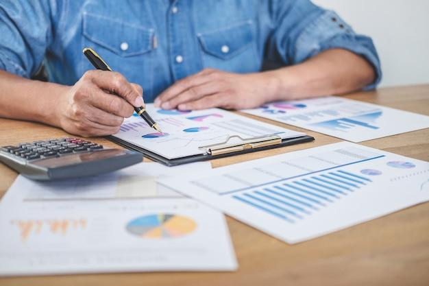 Biznesmen robi finanse i oblicza koszty inwestycji w nieruchomości