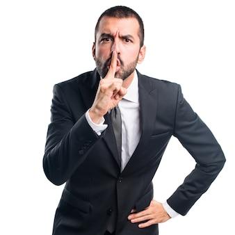Biznesmen robi gest ciszy