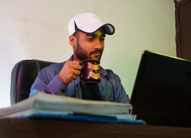 Biznesmen robi interesy korzystając z laptopa