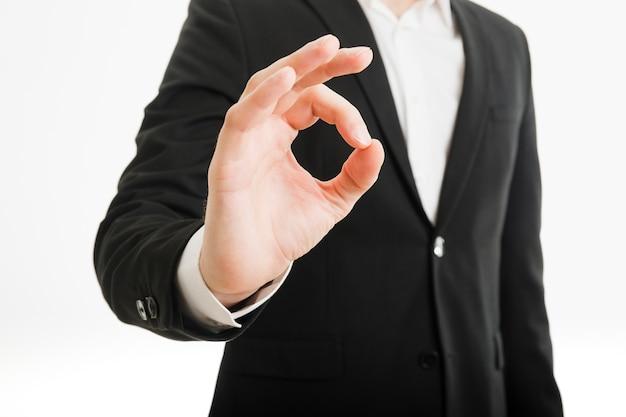 Biznesmen robi ok gestowi