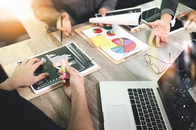 Biznesmen robi prezentację z jego kolegami i strategią biznesową przy biurem.