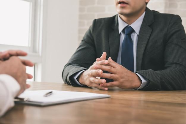 Biznesmen robi umowie z klientem