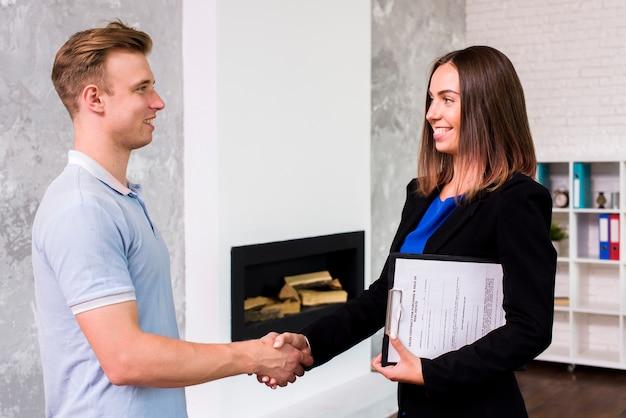 Biznesmen robi umowie z kobietą