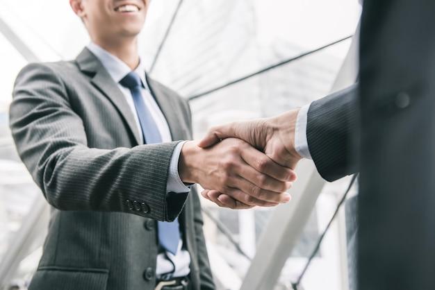 Biznesmen robi uściskowi dłoni z partnerem
