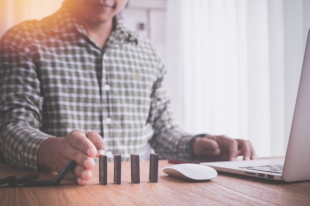 Biznesmen robi wyrzynarce, pojęcie biznes sukces.