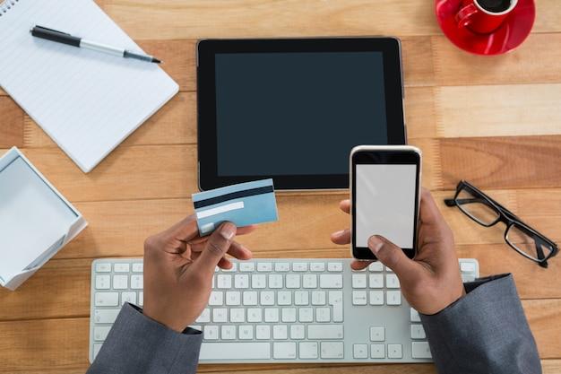 Biznesmen robi zakupy online na telefonie komórkowym
