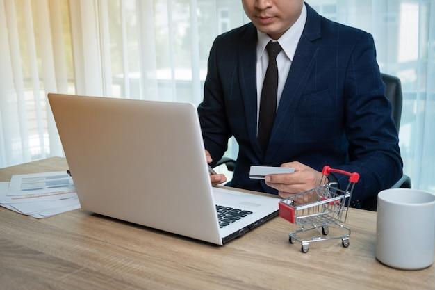 Biznesmen robi zakupy online
