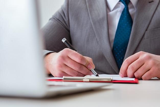 Biznesmen robienia notatek na spotkaniu