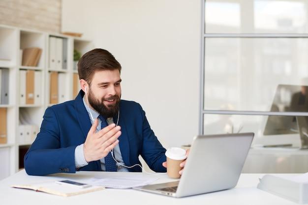 Biznesmen rozmawia przez połączenie wideo