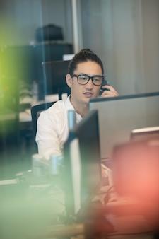 Biznesmen rozmawia przez telefon podczas pracy w biurze
