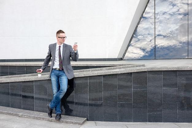 Biznesmen rozmawia przez telefon podczas spaceru