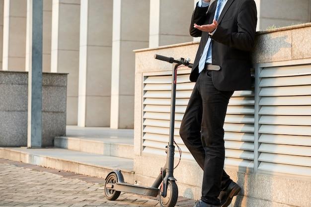 Biznesmen rozmawia przez telefon w mieście