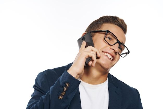 Biznesmen rozmawia przez telefon w okularach