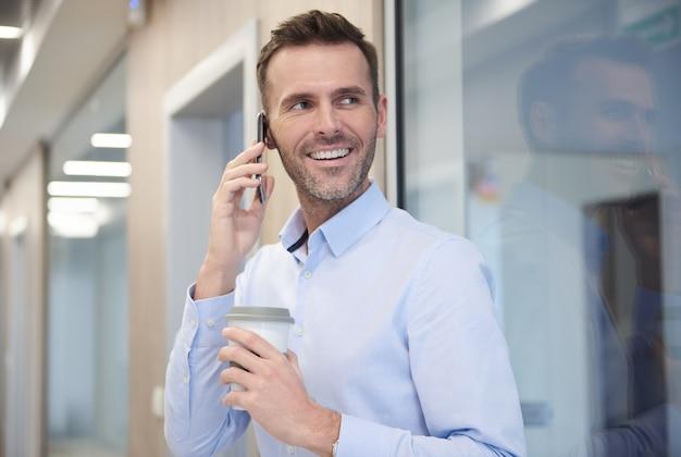 Biznesmen rozmawia przez telefon w pracy