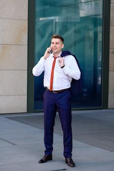 Biznesmen rozmawia przez telefon.