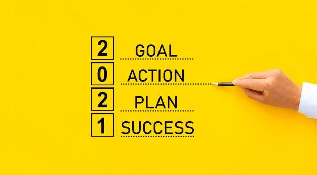 Biznesmen rysuje podstawowe elementy sukcesu w 2021 roku. cel, działanie, strategia, rozwiązanie, sukces koncepcja biznesowa.