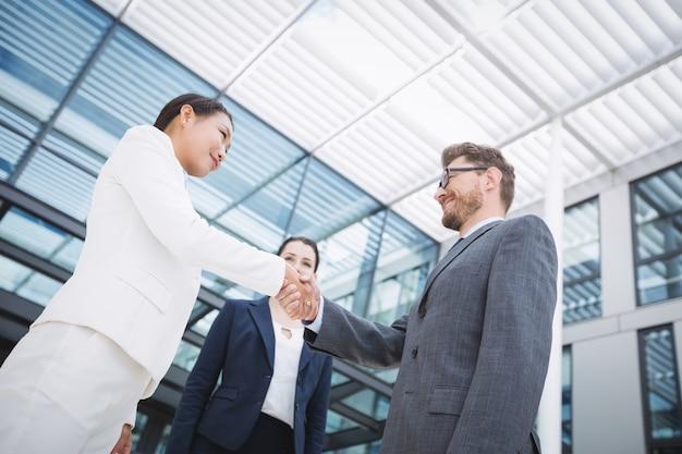 Biznesmen, ściskając ręce z kolegą