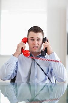 Biznesmen się nadmiernie rozciągnięty przez telefon