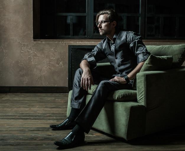 Biznesmen siedzi na fotelu