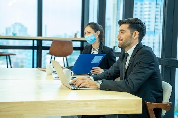 Biznesmen siedzi w pracy wywiad, portret młodej kobiety o rozmowie kwalifikacyjnej z kierownikiem i sekretarzem w firmie finansowej.