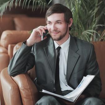 Biznesmen siedział w centrum biznesowym, czytanie dokumentów
