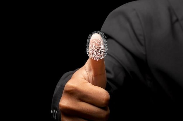 Biznesmen skanuje tożsamość biometryczną i zatwierdzenie linii papilarnych. koncepcja bezpieczeństwa technologii biznesowych
