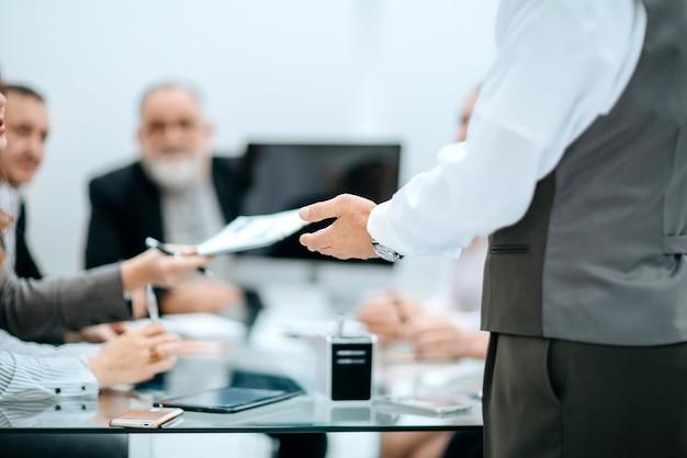 Biznesmen składa raport na spotkaniu roboczym