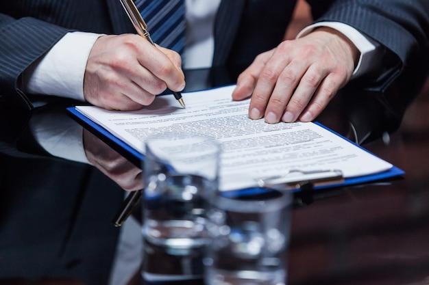 Biznesmen składający podpis