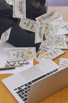 Biznesmen slepping z sterty pieniędzy