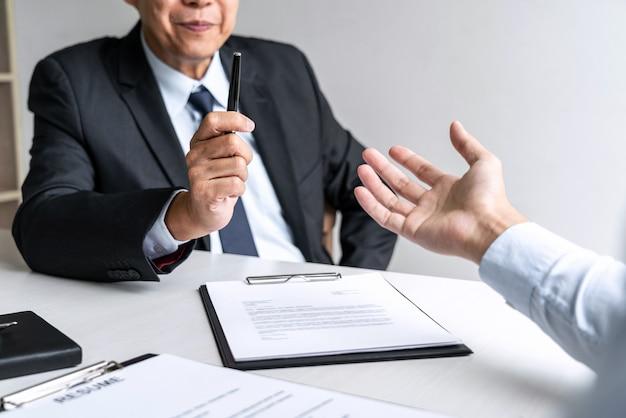 Biznesmen słuchać odpowiedzi kandydata