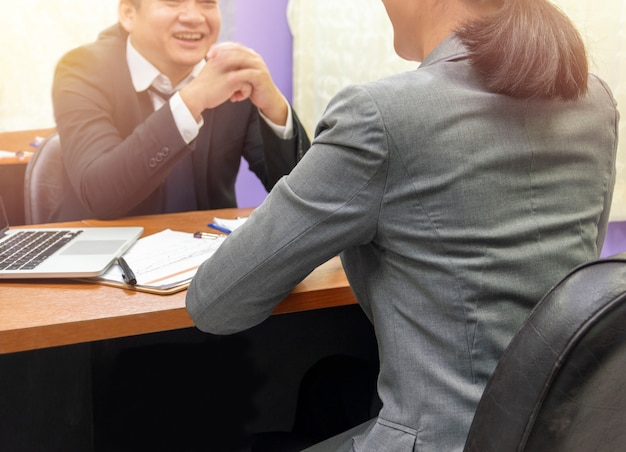 Biznesmen słuchanie rozmów biznesowych partnera