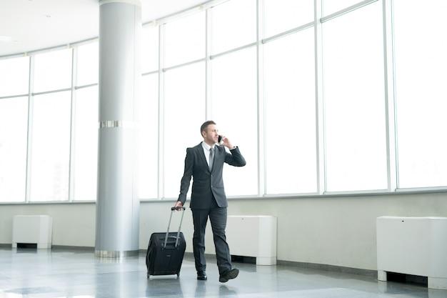 Biznesmen spaceru na lotnisku