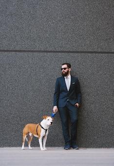 Biznesmen spaceru psa na ulicy.