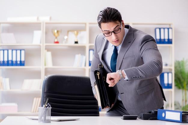 Biznesmen śpieszy się w biurze