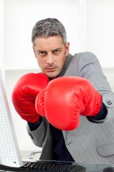 Biznesmen sprawdzać rywalizację