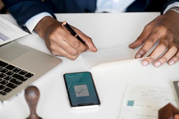 Biznesmen sprawdzanie bankbook