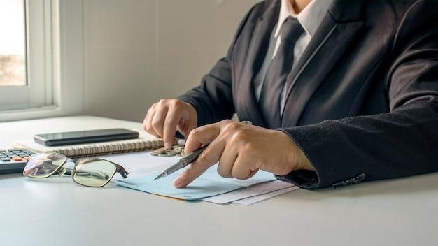Biznesmen sprawdzanie rachunków i dochodów z działalności gospodarczej, pojęcie zarządzania finansami i finansowania.