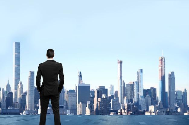 Biznesmen stanąć na dachu