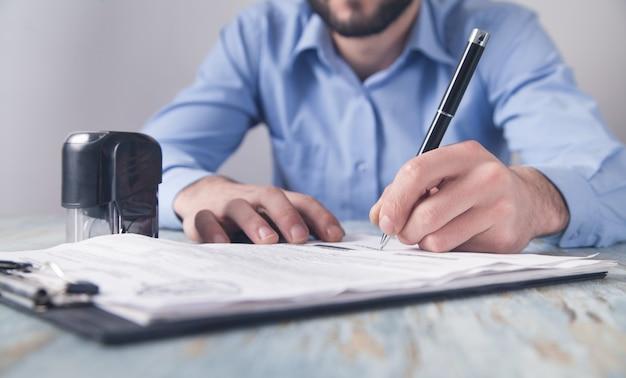 Biznesmen stawia pieczęć na dokumencie