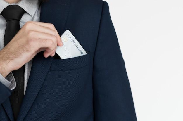 Biznesmen stawia wizytówkę w jego kieszeni