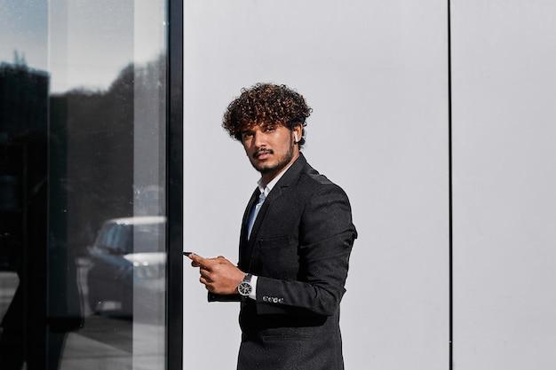 Biznesmen stoi na ulicy i rozwiązuje sprawy