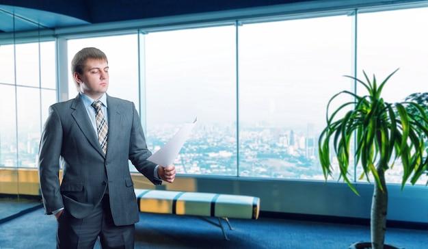 Biznesmen stojący przed widokiem na miasto?