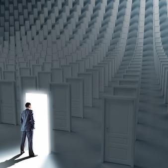 Biznesmen stojący przed wieloma zamkniętymi drzwiami