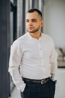 Biznesmen stojący w biurze przy oknie