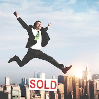 Biznesmen sukces sprzedał koncepcja nieruchomości