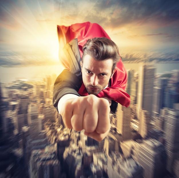 Biznesmen superbohater leci szybciej na niebie