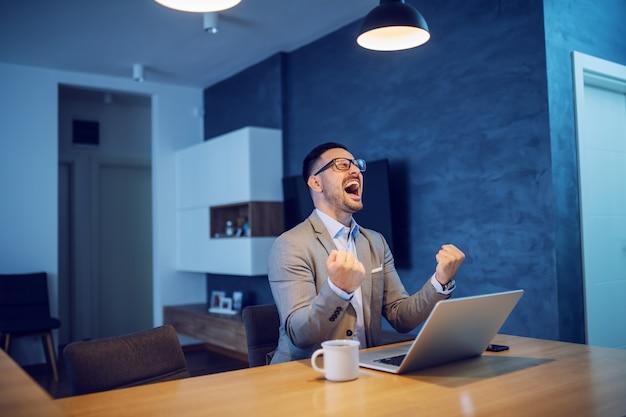 Biznesmen świętuje sukces.