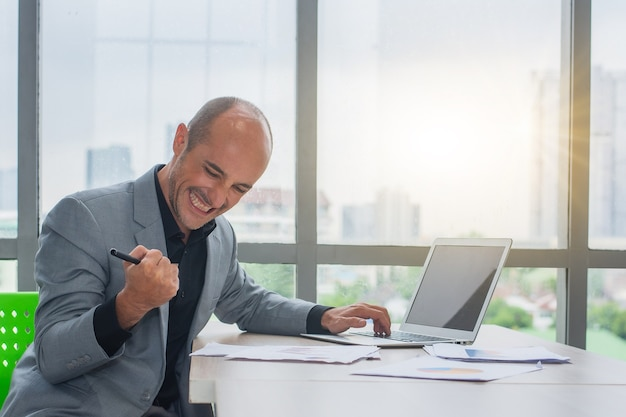 Biznesmen szczęśliwy handel online na giełdzie forex lub sukces kryptowaluty