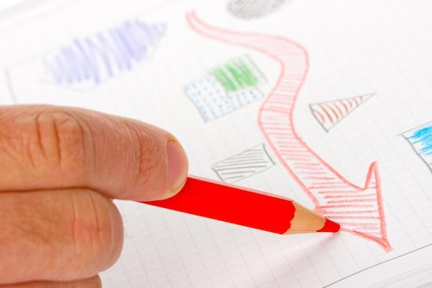 Biznesmen szkicowania diagramu sukcesu czerwonym ołówkiem